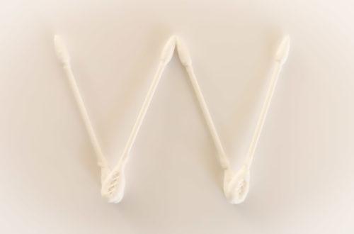 w-betű fehér papíron fülpiszkákból kirakva